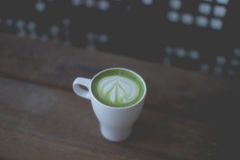 Arte caliente del latte del té verde en la tabla de madera Imagen de archivo libre de regalías
