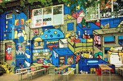 Arte colorido de la calle del artista desconocido en la pared del café al aire libre popular de Berlín Foto de archivo