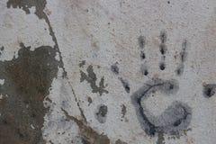 Arte con las manos en pintura en el hormigón de la pared Imagenes de archivo