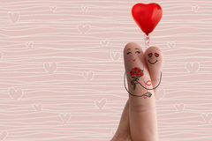 Arte conceptual del finger Los amantes son de abarcamiento y que sostienen del ramo de corazones rojos existencias Foto de archivo libre de regalías