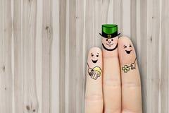 Arte conceptual do dedo os amigos são de abraço e bebendo a cerveja Foto de Stock