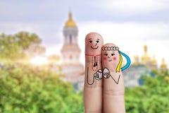 Arte concettuale del dito di pasqua Le coppie ucraine stanno tenendo le uova dipinte Immagine di riserva Immagine Stock
