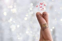 Arte concettuale del dito Gli amanti è abbraccianti e tenenti i vetri di vino Immagine di riserva Fotografie Stock Libere da Diritti