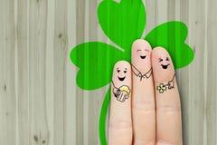 Arte concettuale del dito gli amici sono abbraccianti e beventi la birra Fotografia Stock