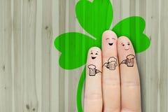 Arte concettuale del dito gli amici sono abbraccianti e beventi la birra Fotografie Stock