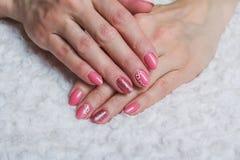 Arte cor-de-rosa do prego com a flor na matéria têxtil Imagens de Stock Royalty Free