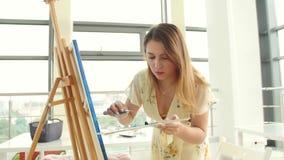 Arte, creativit?, hobby, lavoro e concetto creativo di occupazione La giovane ragazza sveglia assorbe l'officina di arte stock footage