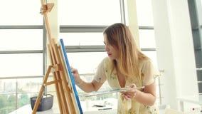 Arte, creativit?, hobby, lavoro e concetto creativo di occupazione La giovane ragazza sveglia assorbe l'officina di arte archivi video