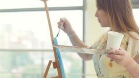 Arte, creativit?, hobby, lavoro e concetto creativo di occupazione La giovane ragazza sveglia assorbe l'officina di arte video d archivio