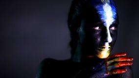 A arte criativa de compõe, retrato do close up do modelo de forma filme