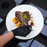 Arte culinario de adornamiento de la comida del trabajo del estilista de la comida Fotografía de archivo