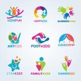 A arte da criança das crianças e o logotipo do divertimento vector a cenografia ilustração royalty free