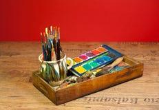 A arte da pintura do estúdio do artista fornece escovas e cores Imagem de Stock Royalty Free