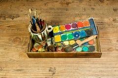 A arte da pintura fornece escovas e cores para a faculdade criadora artística Foto de Stock