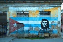 Arte da rua com Che Guevara e a bandeira cubana imagens de stock royalty free