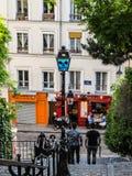 Arte da rua do divertimento em um poste de luz nas ruas de Montmartre, Paris Fotografia de Stock Royalty Free