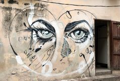 Arte da rua em Havana, Cuba: olhos fêmeas azuis impressionantes Fotos de Stock