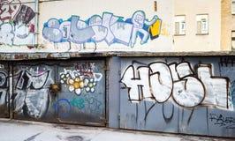 Arte da rua, garagens fechados velhas com grafittis sujos Fotos de Stock