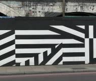Arte da rua/grafittis geom?tricos em Londres, listras preto e branco imagens de stock
