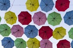 Arte da rua no Jerusalém com guarda-chuvas coloridos Imagem de Stock Royalty Free