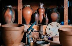Arte de cerámica de la cerámica de la arcilla, florero de cerámica con la cerámica que hace las herramientas Fotos de archivo libres de regalías