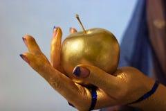 Arte de corpo, menina da mão na tinta do ouro Fotografia de Stock Royalty Free