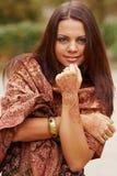 Arte de la alheña en la mano de la mujer Imagen de archivo