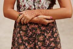 Arte de la alheña en la mano de la mujer Fotos de archivo