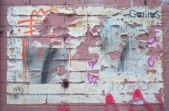 Arte de la calle de la peladura en ladrillos rosados en New York City Imágenes de archivo libres de regalías