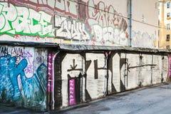 Arte de la calle, garajes con los modelos sucios de la pintada Foto de archivo