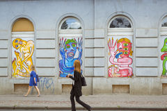 Arte de la calle - las imágenes coloridas de los monstruos, monstruos, extranjeros en la ventana aúllan Foto de archivo