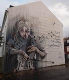 Arte de la calle, muchacha con el violoncelo Fotografía de archivo