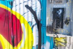 Arte de la calle y teléfono de pago abandonado, roto Imágenes de archivo libres de regalías