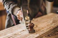 Arte de la carpintería, un empleo honesto dentro de una forma de vida sostenible Carpintería y corte Foco en la alisadora imagenes de archivo