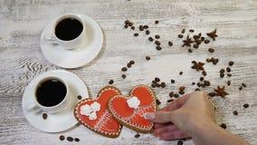 Arte de la comida Concepto de las tarjetas del día de San Valentín del amor y del santo 2 tazas de café freshbrewed y de una gall almacen de video