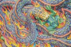 Arte de la niebla esmaltada de la mordedura de la serpiente de la teja en la pared del santuario Imagenes de archivo