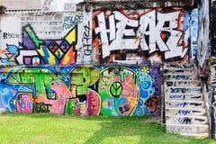 Arte de la pintada pintado en el edificio viejo del abandono adentro céntrico Imagen de archivo libre de regalías