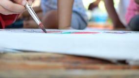 Arte de la pintura de la mano con el otro fondo de los estudiantes