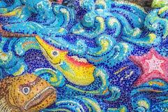 Arte de la teja esmaltada muchos pescados en la pared del santuario Fotografía de archivo libre de regalías