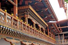 Arte de madeira de um balcão no palácio butanês imagens de stock