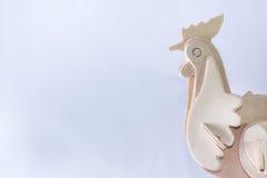 Arte de madera del pollo en un fondo blanco fotografía de archivo libre de regalías