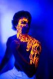Arte de neón de la cara del retrato ultravioleta valiente del hombre, energía brillante del fuego Imagenes de archivo