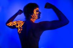 Arte de neón de la cara del retrato ultravioleta valiente del hombre, energía brillante del fuego fotos de archivo