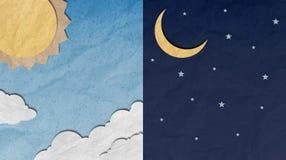 Arte de papel, día y cielo nocturno reciclados Foto de archivo