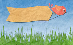 Arte de papel, pájaro con la escritura de la etiqueta en blanco en el cielo azul Foto de archivo