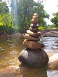Arte de pedra bonita no rio para o fundo & o outro imagens de stock