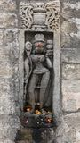 Arte de pedra histórica do vintage de deuses indianos em um templo indiano hindu antigo Imagem de Stock