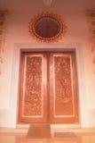 Arte de talla y de pintura de la puerta tailandesa tradicional del estilo en el templo Fotos de archivo libres de regalías