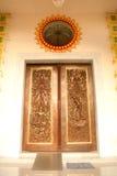 Arte de talla y de pintura de la puerta tailandesa tradicional del estilo en el templo Imagen de archivo libre de regalías