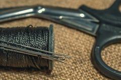 Arte de tecelagem A arte do bordado Tesouras ao lado do carretel fotografia de stock